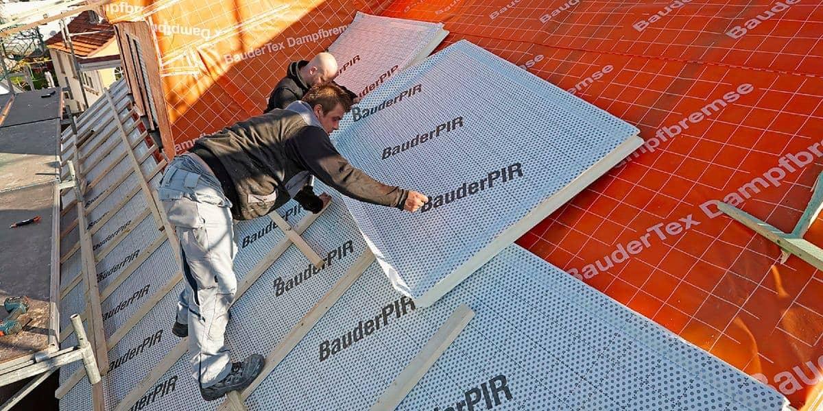 Dachdecker bei Dämmung des Daches