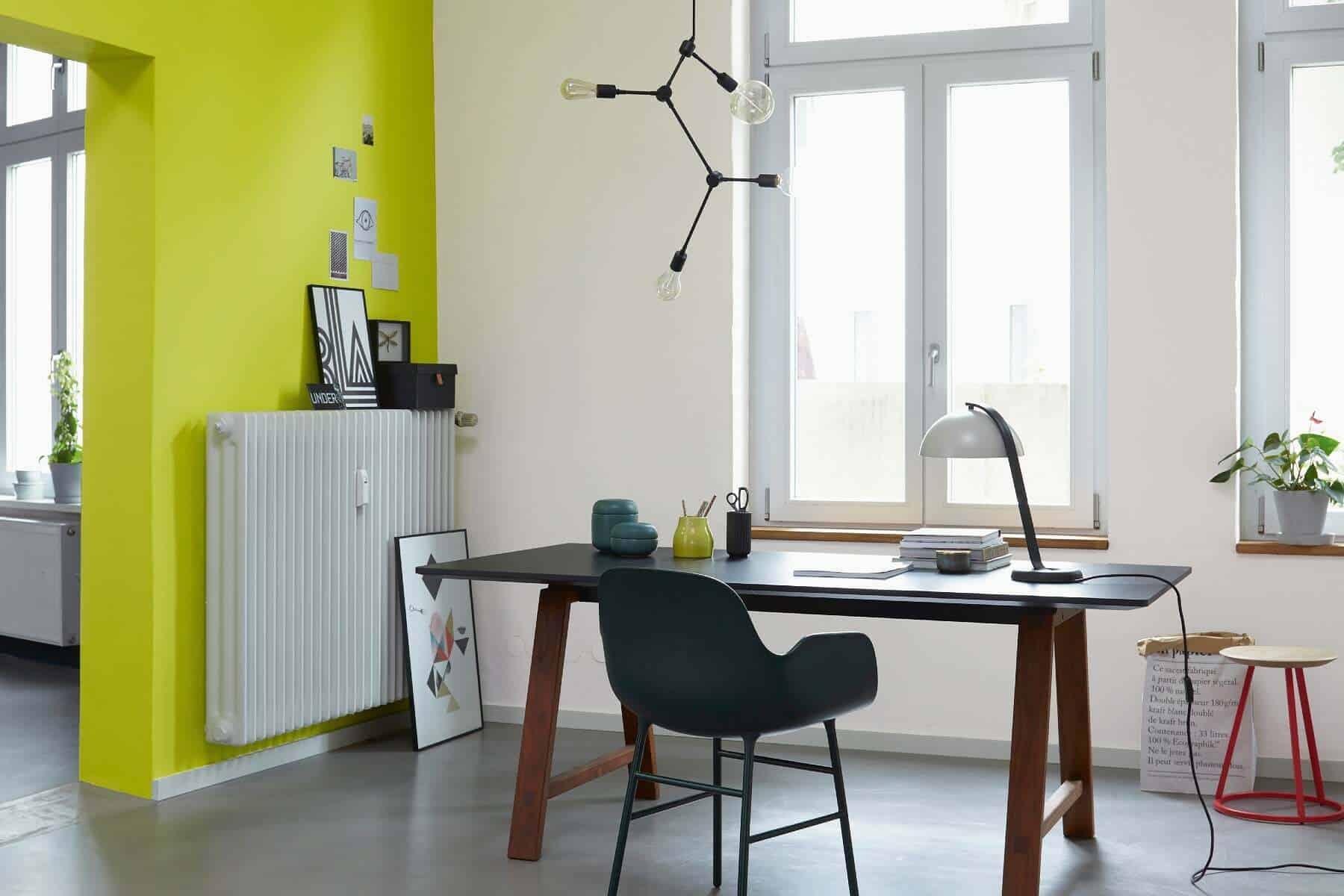 Schreibtisch vor gelber Wand
