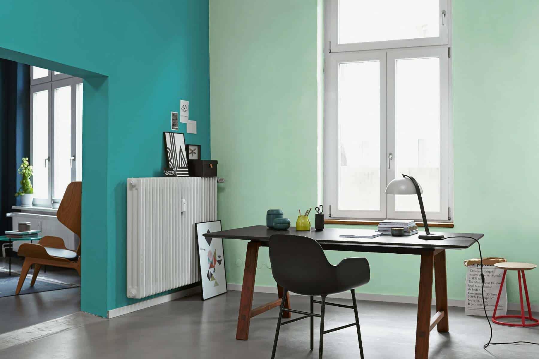 Schreibtisch im Arbeitszimmer mit grüner Wand
