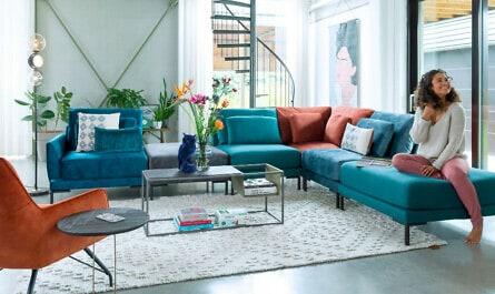Frau sitzt auf Sofa