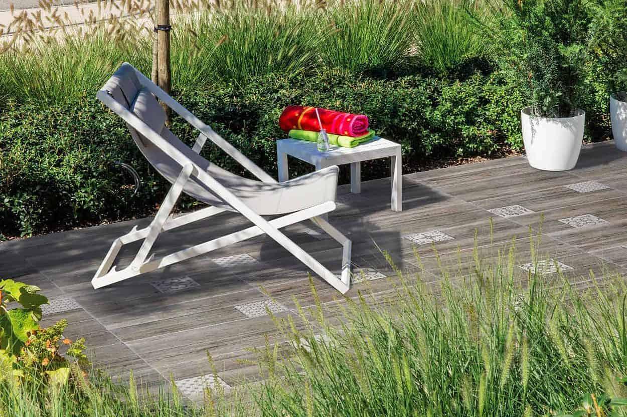 Liegestuhl auf Design-Terrassenplatten