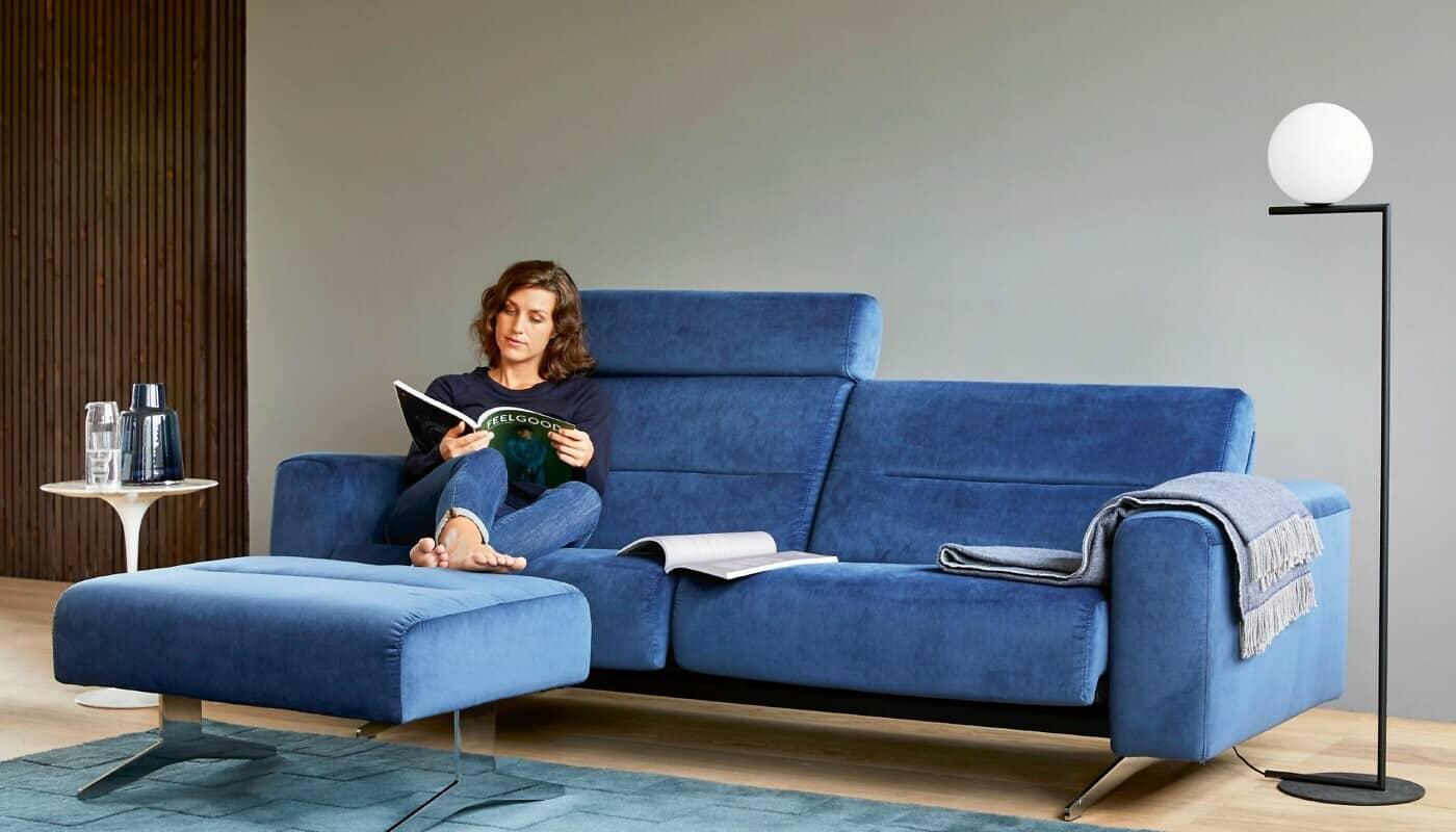 Frau liest auf Sofa