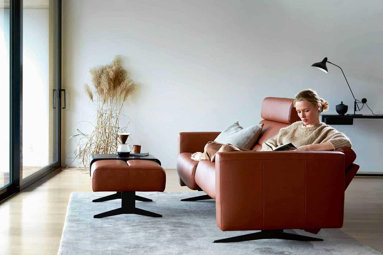 Frau entspannt auf Sofa
