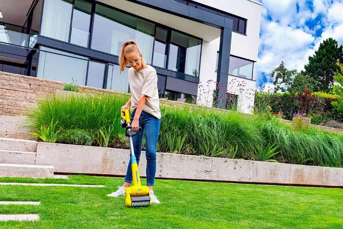 Frau bei der Rasenpflege