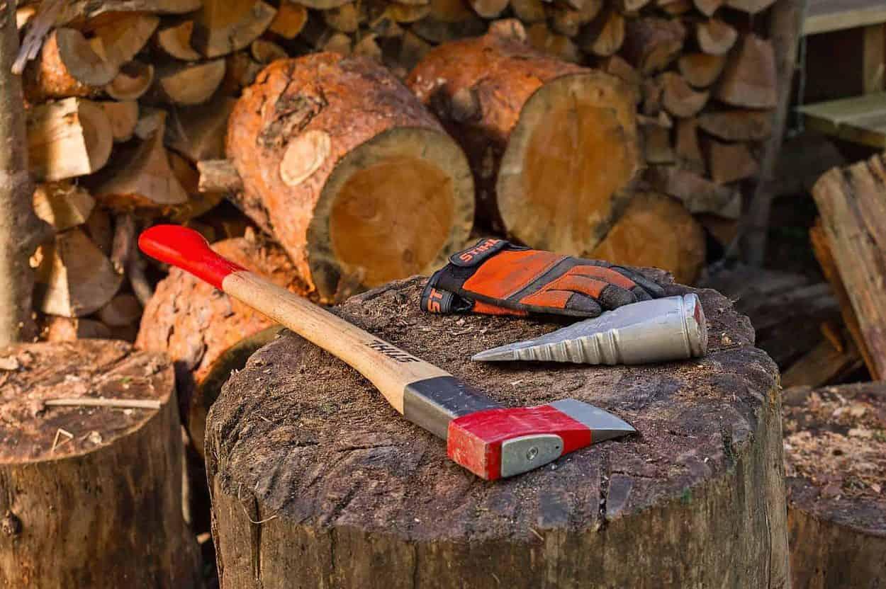 Spaltbeil auf Holz